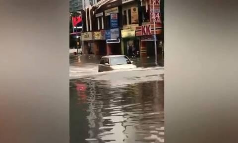 Ανεύθυνος οδηγός έκανε… υποβρύχιο το όχημά του σε πλημμυρισμένο δρόμο (vid)