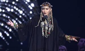 Συγκλονίζει η Μαντόνα: «Με βίασαν σε μια ταράτσα κρατώντας ένα μαχαίρι στο λαιμό»