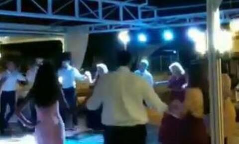Κορονοϊός: Γλέντι και χορός χωρίς αποστάσεις σε γαμήλια γλέντια στην Εύβοια (vid)