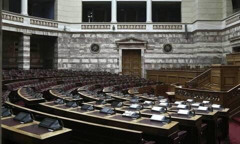Βουλή: Κατατέθηκε η τροπολογία για την εξ αποστάσεως εργασία - Ποιο το πρόστιμο