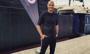Δημήτρης Σκουλός: Σάλος και οργή για τη φωτογράφιση δίπλα σε άστεγο