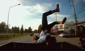 Μοτοσικλετιστής έπεσε πάνω σε φορτηγό - Έτσι σώθηκε ο συνεπιβάτης (vid)