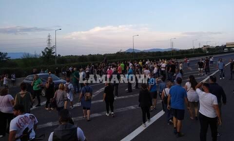 ΤΩΡΑ: Κλειστή η Αθηνών - Λαμίας - Διαμαρτυρία κατοίκων στα Καμένα Βούρλα για τους μετανάστες