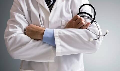 Απόλυτη φρίκη: Γιατρός κατηγορείται πως νάρκωνε και βίαζε ασθενείς του - Αποκαλύφθηκαν βίντεο