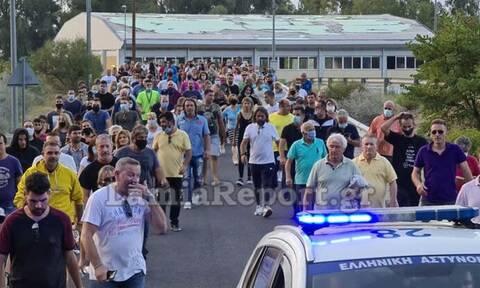 Καμένα Βούρλα: Κάτοικοι έκλεισαν την Εθνική Οδό για τους ανήλικους μετανάστες