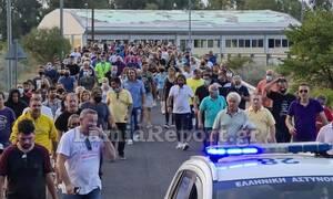 Καμένα Βούρλα: Διαμαρτυρία κατοίκων για τους ανήλικους μετανάστες - Έκλεισε η Εθνική Οδός