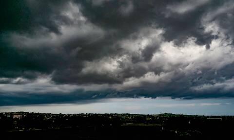 Καιρός: Βροχές, καταιγίδες αλλά και άνοδος της θερμοκρασίας την Πέμπτη