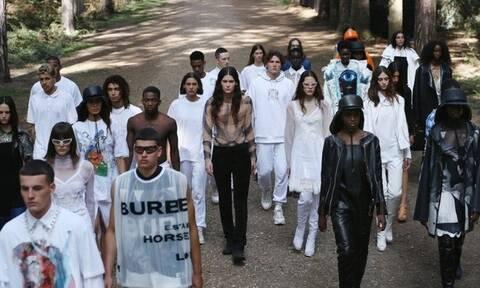 Περφόρμανς σε δάσος, το show για την κολεξιόν SS 2021 του Burberry