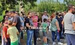 Καμένα Βούρλα: Οι καμπάνες κάλεσαν τους κατοίκους σε συγκέντρωση για να φύγουν οι πρόσφυγες