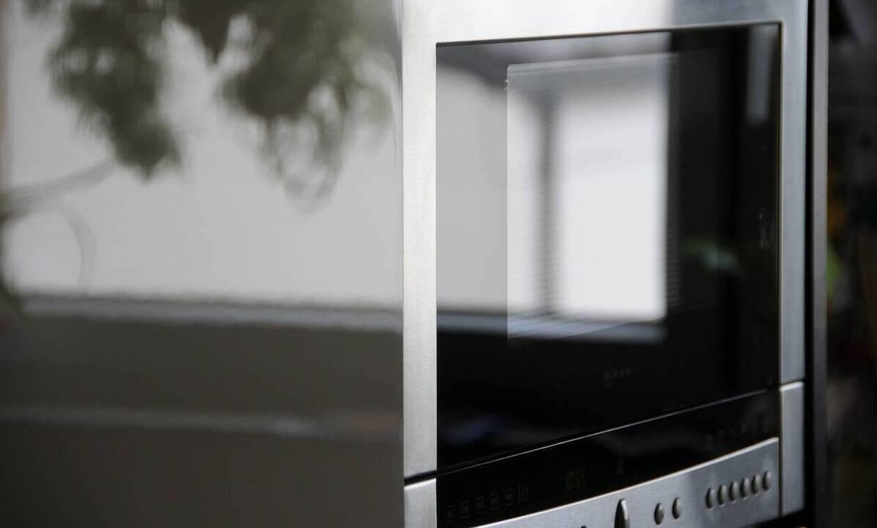 Το έξυπνο κόλπο για να ζεστάνετε δύο πιάτα στον φούρνο μικροκυμάτων (vid)