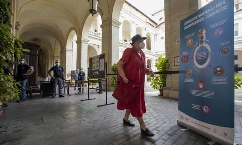 Κορονοϊός Ιταλία: Υποχρεωτική η μάσκα σε ανοικτούς χώρους σε Νάπολη, Φότζια και Γένοβα