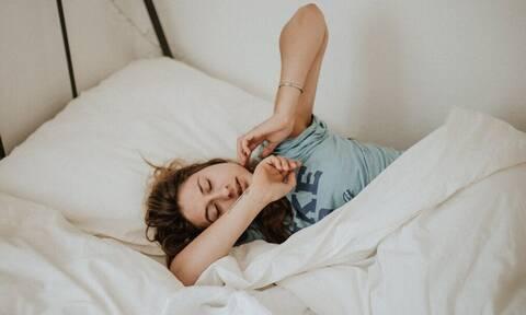 Πρέπει να κοιμάσαι από την αριστερή ή από τη δεξιά πλευρά;