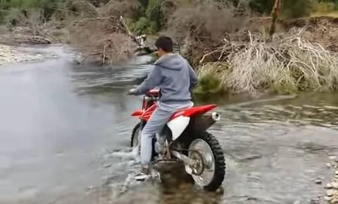 Η βλακεία της χρονιάς - Πήγε να περάσει ποτάμι με μηχανή (vid)