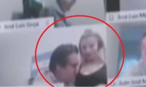 Σάλος με βουλευτή! Φίλησε το στήθος της συντρόφου του σε online σύσκεψη