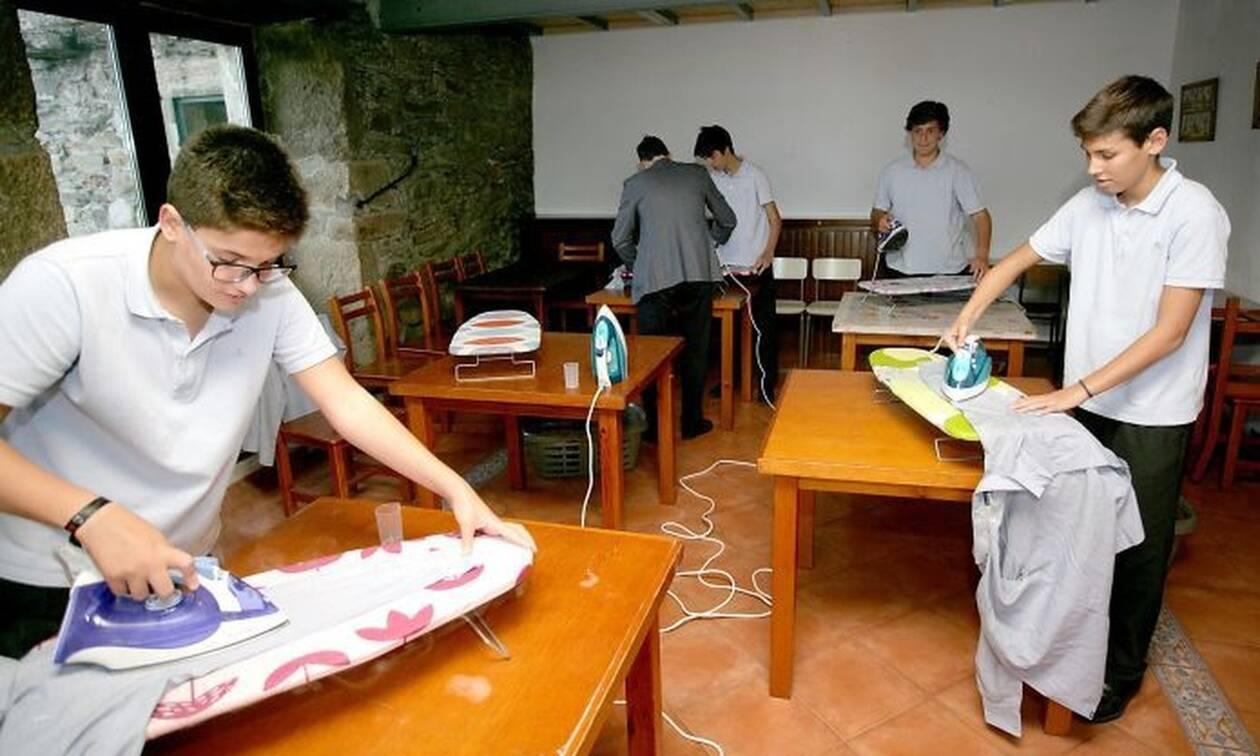 Σχολείο διδάσκει στα αγόρια πώς να κάνουν τις δουλειές του σπιτιού (pics)