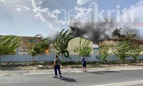 Ηράκλειο Κρήτης: Στις φλόγες εργοστάσιο – Στο νοσοκομείο ο ιδιοκτήτης