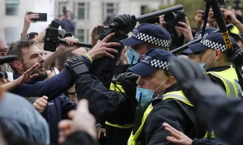 Λονδίνο: Πεδίο μάχης η πλατεία Τραφάλγκαρ για τα μέτρα κατά της εξάπλωσης του κορονοϊού