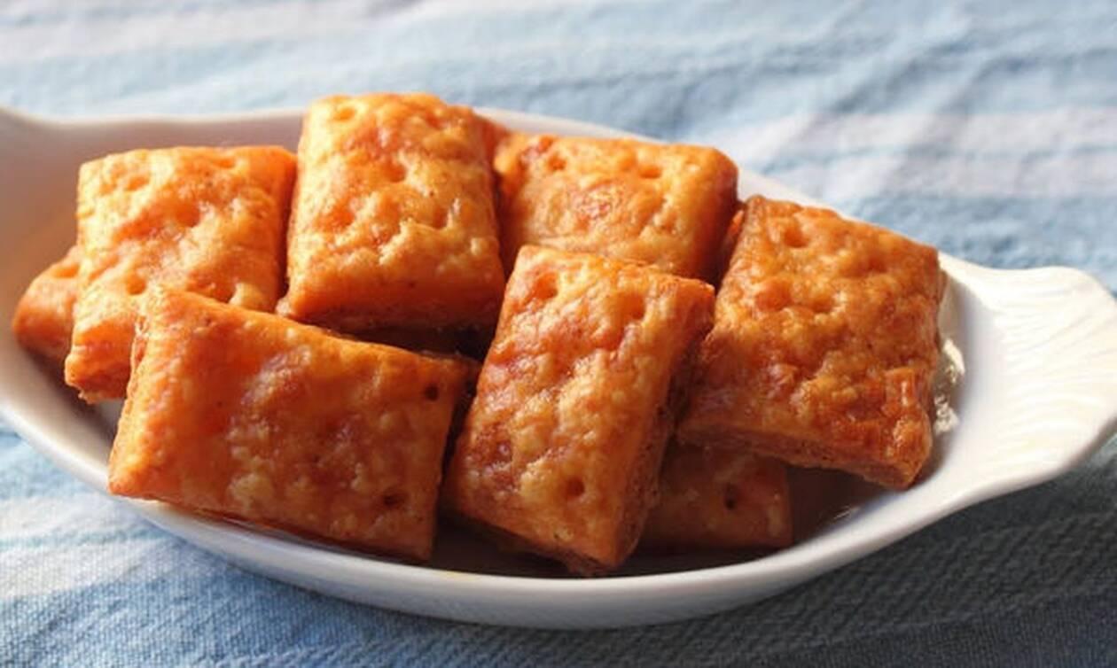Σπιτικά κρακεράκια με τυρί - Δείτε πώς θα τα φτιάξετε