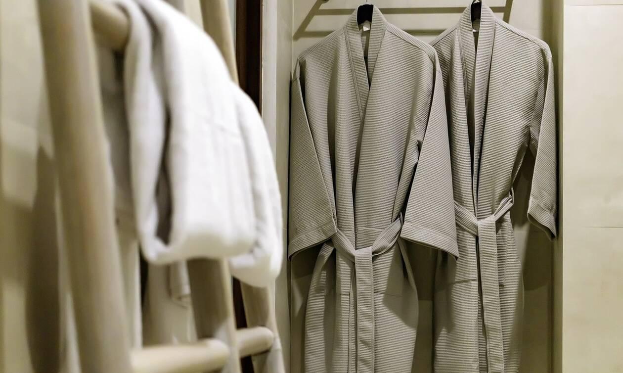 Σάλος με τις γυμνές...  καθαρίστριες: Κάνουν χρυσές δουλειές λόγω κορονοϊού