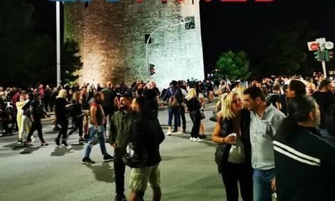 Κορονοϊός: Μεταμεσονύκτια διαμαρτυρία από εστιάτορες με χορούς στη Θεσσαλονίκη