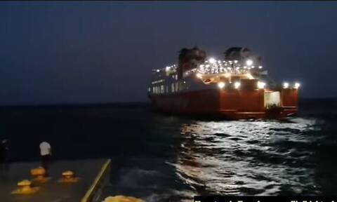 Κακοκαιρία - Σίκινος: Καρέ – καρέ η μάχη του «Διονύσιος Σολωμός» για να δέσει στο λιμάνι