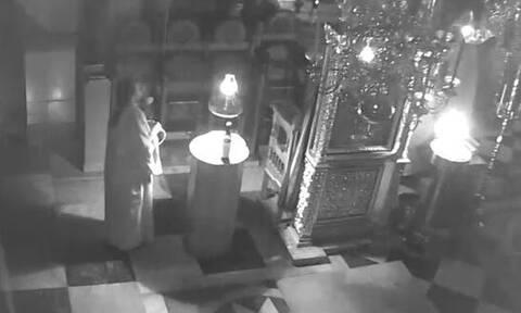 Άγιον Όρος: Συγκλονιστικό βίντεο από τον σεισμό – Οι μοναχοί ψέλνουν ενώ πέφτουν σοφάδες (vid)
