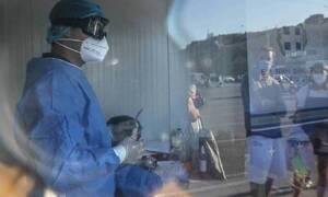 Κορονοϊός: Συγκλονιστικές εικόνες - Δείτε τα χέρια νοσηλευτή μετά από 8 ώρες συνεχόμενων τεστ