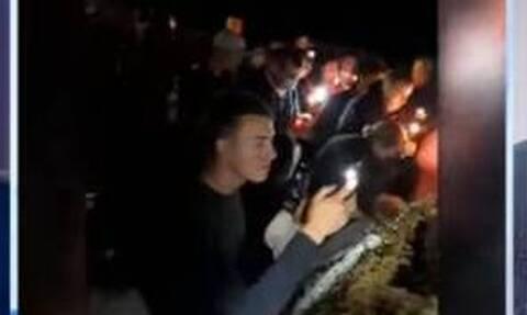 Πέθανε από κορονοϊό αλλά τον επανεξέλεξαν δήμαρχο -  Το… γιόρτασαν στον τάφο του με κεριά