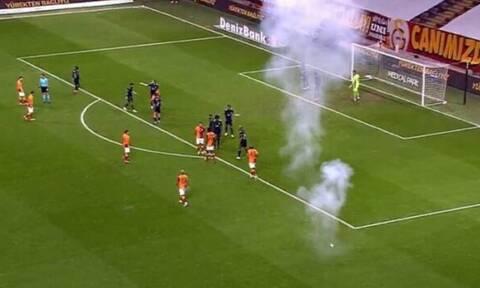 Έπεσε φωτοβολίδα στο γήπεδο σε ντέρμπι κεκλεισμένων των θυρών! (photos΄+videos)