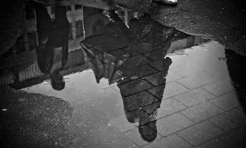 Βροχή πλημμύρισε μισό… δρόμο - Δεν έπεσε σταγόνα στο άλλο μισό (vid)
