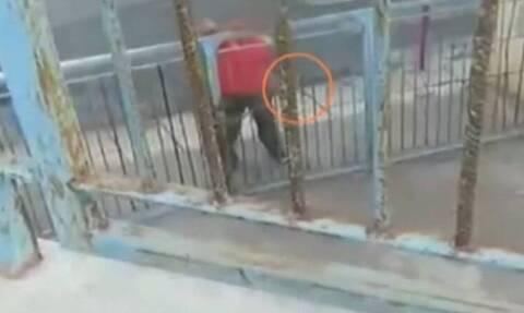 Απίστευτες εικόνες: Γείτονας σε υπό κατάληψη σχολείο απειλούσε μαθητές με τσεκούρι (video)