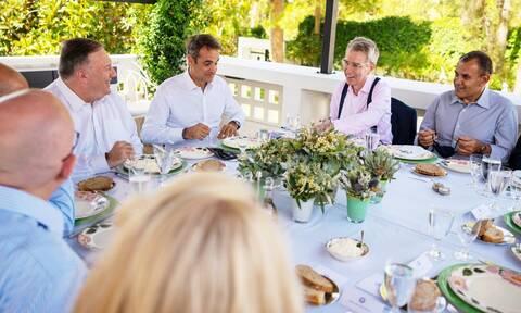 Με καλτσούνια, ντολμαδάκια και τσικουδιά το γεύμα Μητσοτάκη με τον Μάικ Πομπέo (vid)