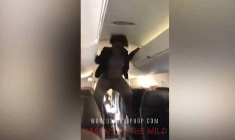 Εικόνες από τον «Εξορκιστή»: Γυναίκα σε αεροπλάνο άρχισε να «χτυπιέται» σαν δαιμονισμένη