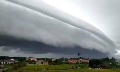 «Τσουνάμι» από σύννεφα καταπίνει παραλία! (vid)