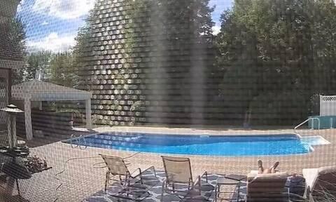 Άνδρας έκανε ηλιοθεραπεία – «Πάγωσε» με αυτό που τον ακούμπησε (video)