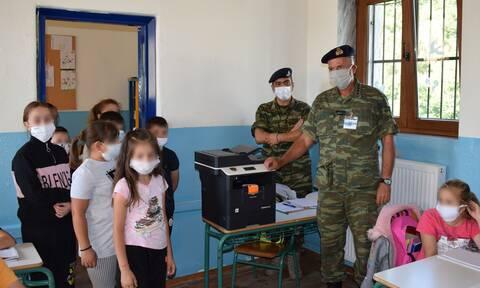 Στρατός Ξηράς: Ενισχύει τους δεσμούς με την κοινωνία -Πολύτιμα δώρα σε μειονοτικά σχολεία της Θράκης