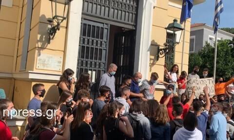 Ναύπακτος: «Επαναστάτησαν» οι μαθητές έξω από το δημαρχείο (vid)