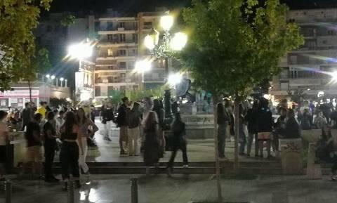 Κορονοϊός - Πάτρα: «Βούλιαξαν» από κόσμο πεζόδρομοι και πλατείες