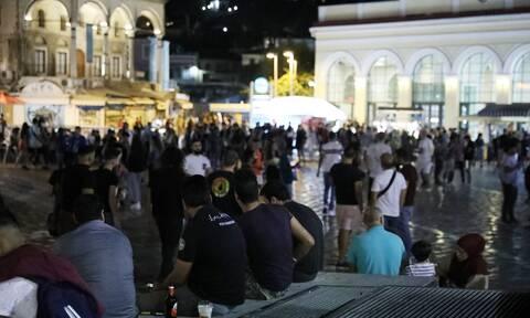 Κορονοϊός: Ασφυκτικά γεμάτες οι πλατείες - Χαμός σε Μοναστηράκι και Βαρνάβα