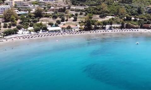 Η γαλαζοπράσινη παραλία του Ιονίου που έχει το όνομα Ρωμαίου στρατηγού