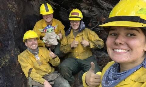 Κούκλα Baby Yoda στο πλευρό των πυροσβεστών του Όρεγκον που δίνουν μάχη για την κατάσβεση πυρκαγιών