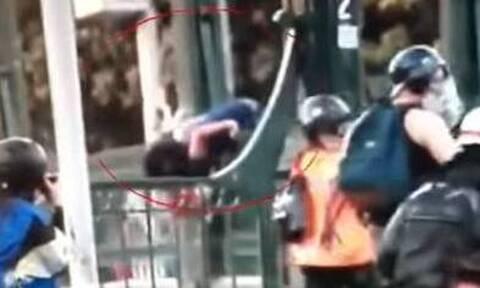 Σάλος: Βίντεο δείχνει αστυνομικό να ρίχνει από γέφυρα 16χρονο