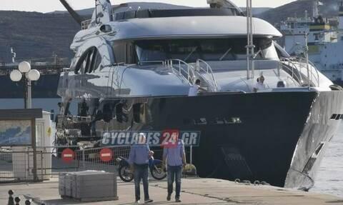 Σύρος: Η χλιδάτη θαλαμηγός Έλληνα εφοπλιστή που «έκρυψε» το λιμάνι – Τριώροφο παλάτι (pics)