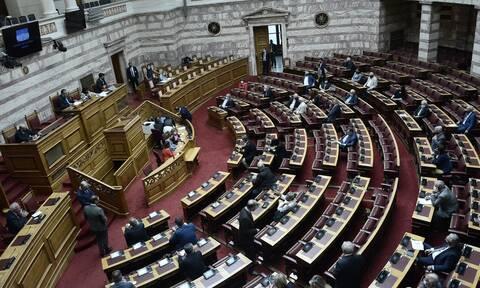 Πρωτοφανείς εικόνες στη Βουλή: Αγιασμός σε άδεια έδρανα - Μόλις 60 βουλευτές (pics)