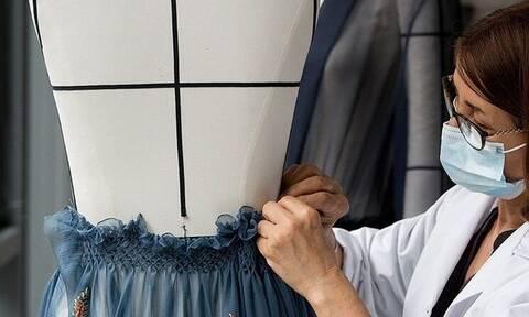 Αυτή είναι η σχεδιάστρια που ακόμη και στην καραντίνα ντυνόταν με πανάκριβα ρούχα