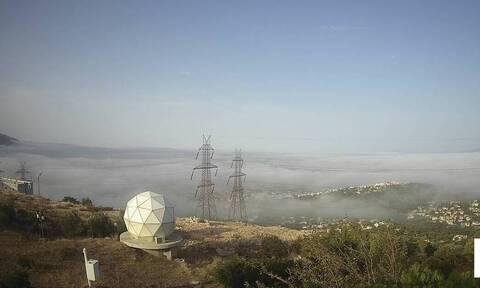 Καιρός: «Πνίγηκε» στην ομίχλη η Αττική – Απίστευτες εικόνες (vid)