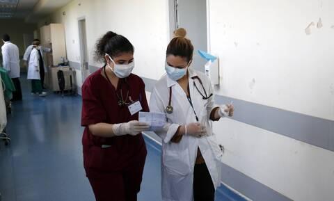 Κορονοϊός – Στο «κόκκινο» η Αττική: Αυξάνονται οι νοσηλείες - Ένα βήμα πριν την μάσκα παντού