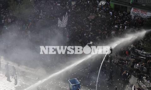 Δίκη Χρυσής Αυγής: Εικόνες και βίντεο από τις συγκρούσεις έξω από το Εφετείο - Τρεις προσαγωγές