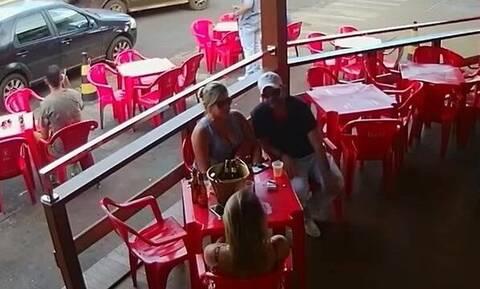 Γυναίκα «τσακώνει» τον άντρα της με ερωμένη και γίνεται χαμός (video)