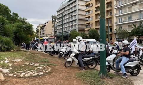 Ρεπορτάζ Newsbomb.gr: Απεργούν διανομείς και κούριερ - Μοτοπορεία στο κέντρο της Αθήνας